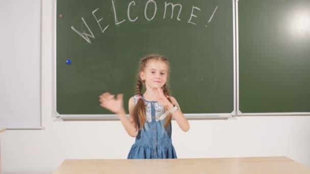 Zurück zum Schulkonzept. Schulmädchen-Kreidetafel im Klassenzimmer.