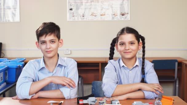 minden iskolás gyermekek csoportja figyelemfelkeltő kezüket a levegőben, hogy válaszoljon