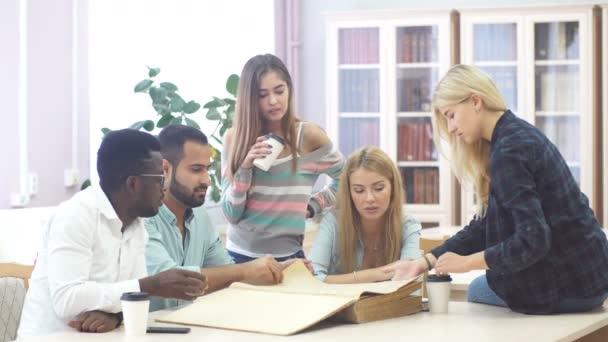 Spolužák učebna sdílení mezinárodní přítel koncept
