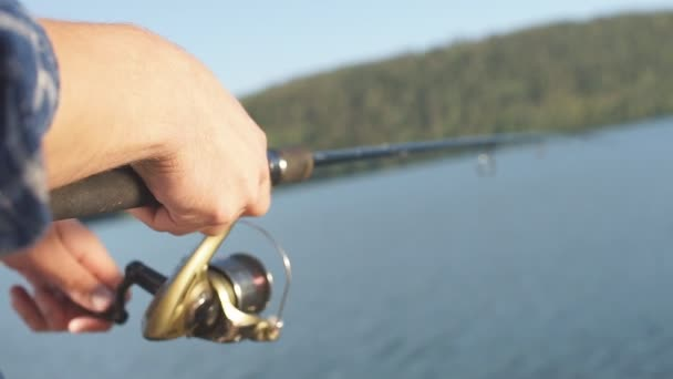 Halász megpróbálta elkapni a halat rúd-tó