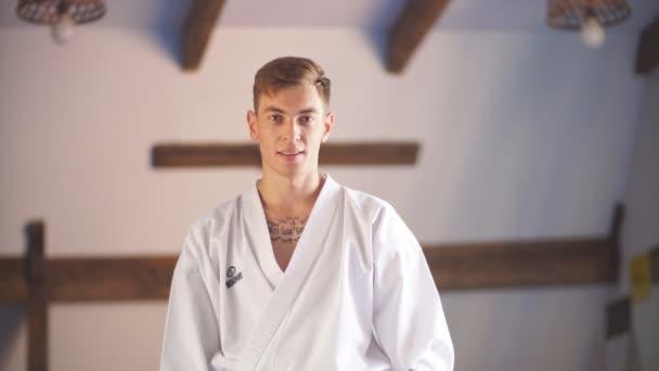 karate kezét. Harcművészeti edzőterem felett