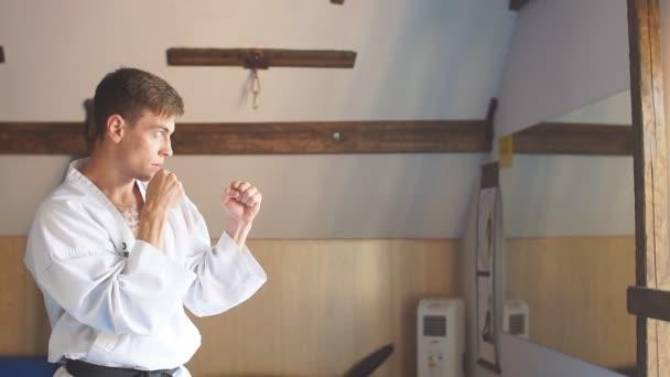 Muži Trénink karate v tělocvičně
