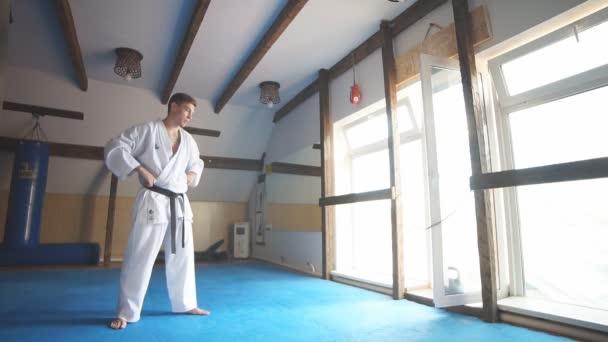 fekete öves karate harcos képzés magasság kick