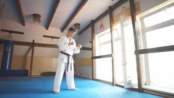 Harcművészetek mestere a harc képzés az edzőteremben