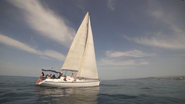Úžasná krajina s bílé plachetnice v Blue Sea.