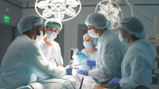 Chirurgen führen eine komplexe Operation durch, um im Krankenhaus ein Menschenleben zu retten