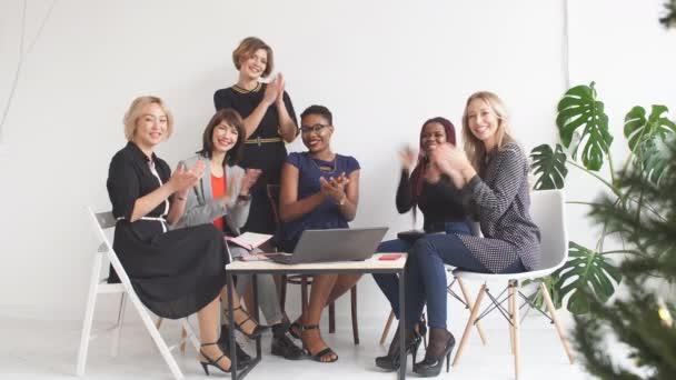 obchodní tým žen v podnikání tleská, podporující kolega