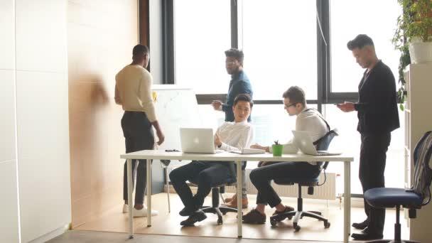 Mnohonárodnostní podnikatelé debatovat ukrutník během pracovní setkání v zasedačce
