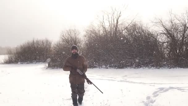 férfi tartalék biztosítása. férfi sétált a havas napon
