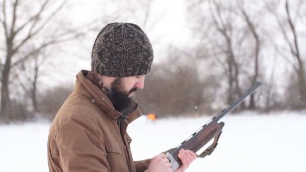 Férfi készül egy puska lövés. eszköz a vadászat