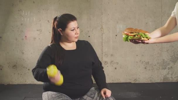 Schluss mit Fast Food, Sport treiben. Molliges Mädchen lehnt Junk Food ab.