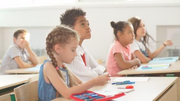 az iskolások aktívan részt vesznek az osztályban. Oktatás, házi feladat fogalma