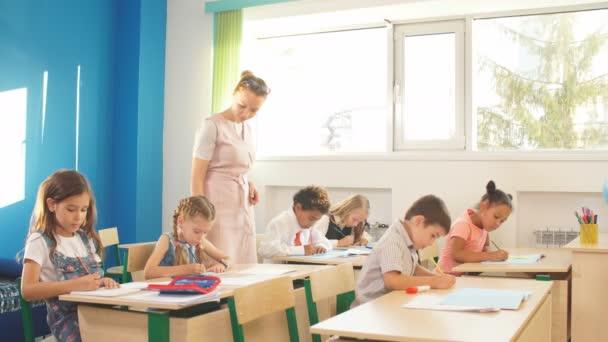 tinédzserek tanárnői csoportja a gimnáziumban