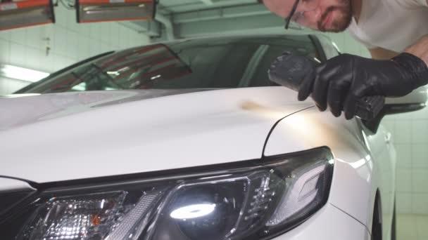 Proces kontroly kvality leštění karoserie.