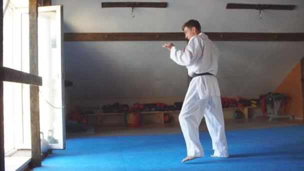 Férfi fehér kimonó fekete öves képzés karate tornaterem