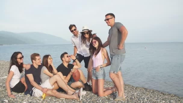 Nyár, ünnepek, nyaralás. baráti társaság szórakozás tengerparton együtt