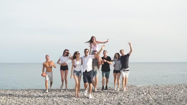 Kumsalda yürüyen arkadaşlar, eğlenen, dans eden çiftler, sarılan çiftler..