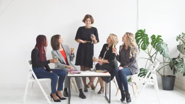 samice coworkers slaví úspěšné zahájení nového projektu