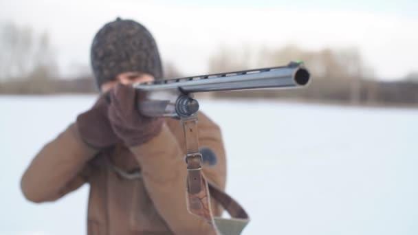 a fiatalember koncentrálódik a lövés