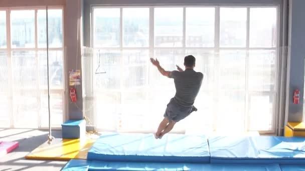 Junger Sportler springt und fliegt auf Trampolin im Fliegenpark