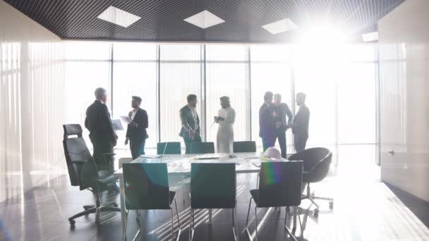 lídr společnosti a jeho partneři navrhují nový produkt