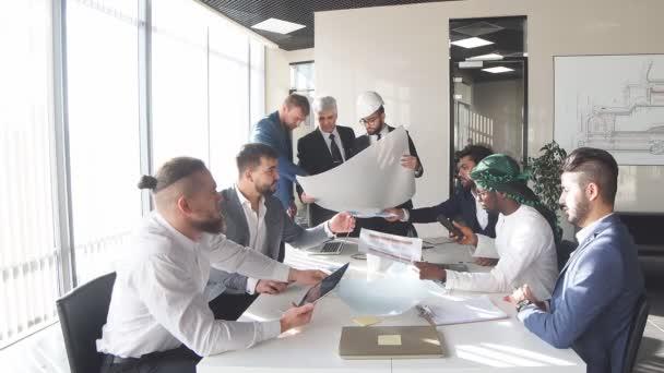 Creative inženýr ukazuje svůj plán na kolegy