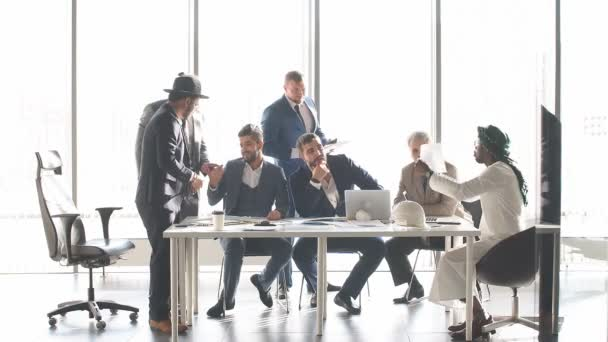elegantní lidé se hádají mezi sebou během konference