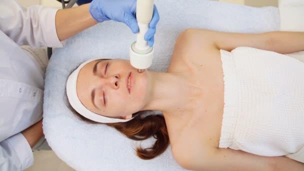 Klidné atraktivní žena se zavřenýma očima se rf lifting v salonu krásy