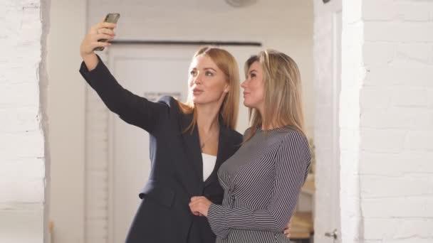 Přátelům selfie s chytrý telefon