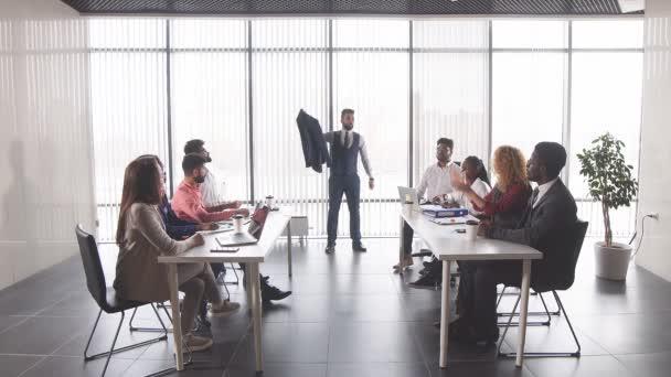 Kolegové, tleskají vůdce během setkání