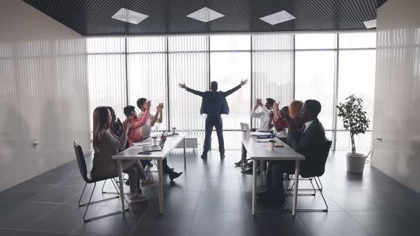 Kolegové tleskají vůdci během setkání