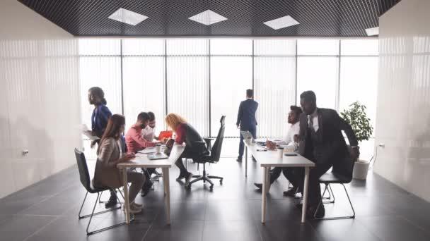 Mladí úspěšní podnikatelé poskytující rady