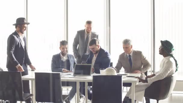 Super manažeři jsou spendding čas v konferenční místnosti