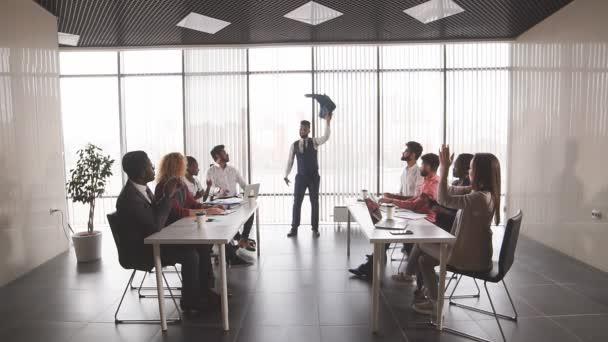 šťastní kancelářští pracovníci se radují z dobrých výsledků své společnosti