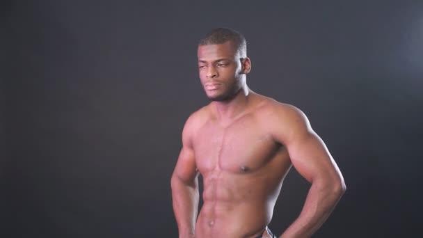 Atraktivní africké mužský stíhací nebo boxer pózuje košili, izolované tmavém pozadí.
