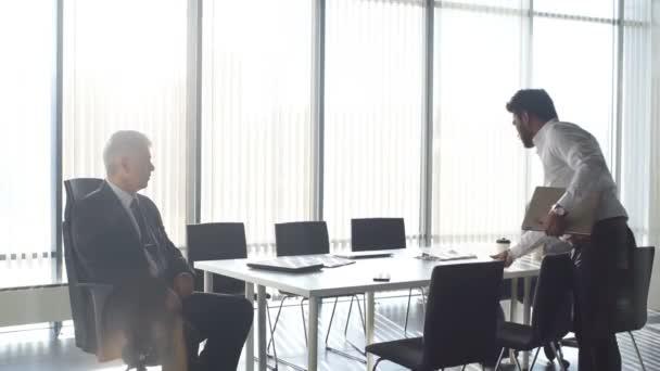 Többnemzetiségű üzleti munkatársak beszél, kölcsönhatásban áll a munkahelyek