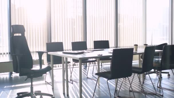 Krásný výhled na zasedací místnost v moderní kanceláři s panoramatickými okny