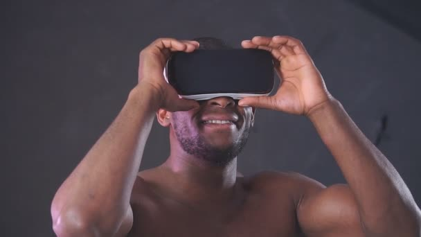 Afrikanischer gutaussehender Mann trägt einen Sport-Kapuzenpullover mit einem Vr-Headset vom Kopf