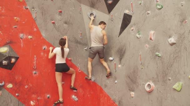 Mladý muž a žena horolezectví uvnitř.