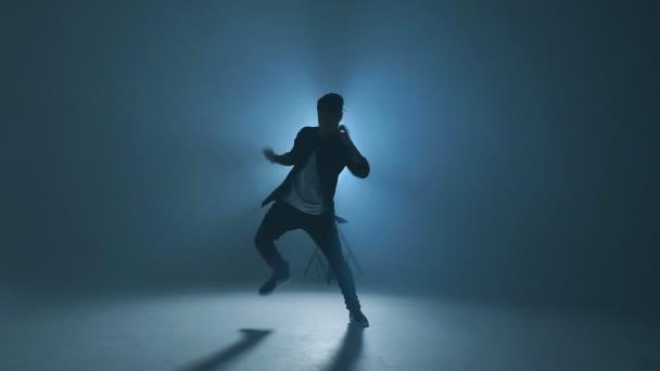 Portrét mladíka tanečnice v neformálním ulici nosit taneční funky hip hopu, pomalý pohyb