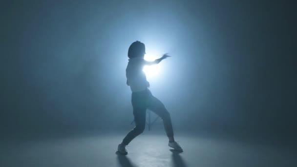 Mladá žena v ležérní městské oblečení tance elegantně, zpomalené