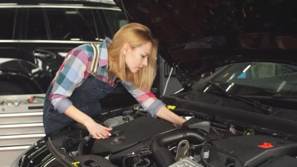 magasan képzett szakember segít a törött járművel