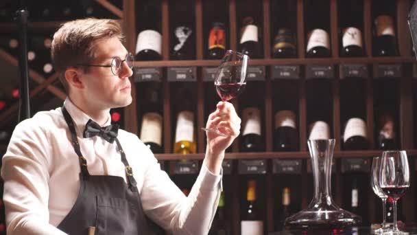 Ponořený alkoholik kritik upřeně zírá na víno