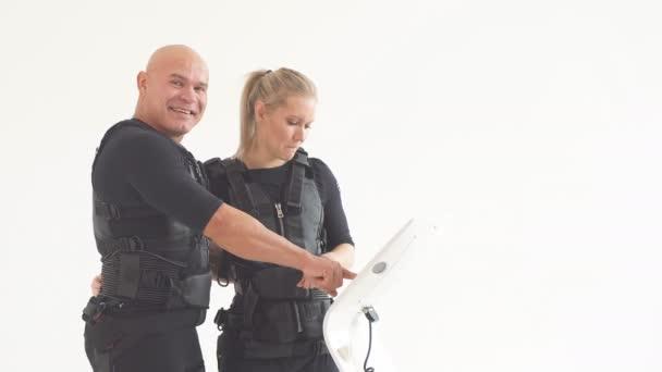 šťastný pár zábavy s vybavením EMS