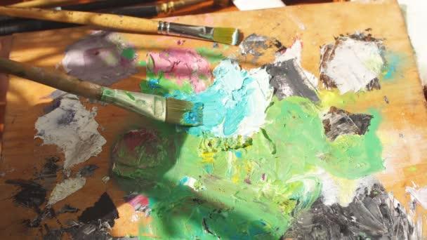 Maloval umělec. Uzavření oříznutého videa