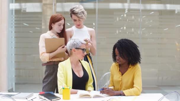 fiatal szőke nő sárga öltöny és csapata helyes szöveg