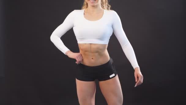Sexy muskulöse Mädchen in perfekter Form