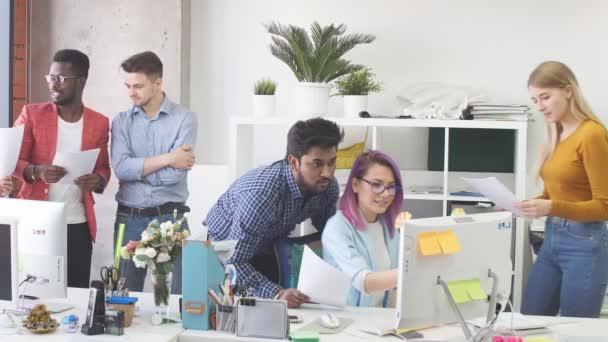 Jugendgruppe in modernem Büro diskutiert ein neues Projekt