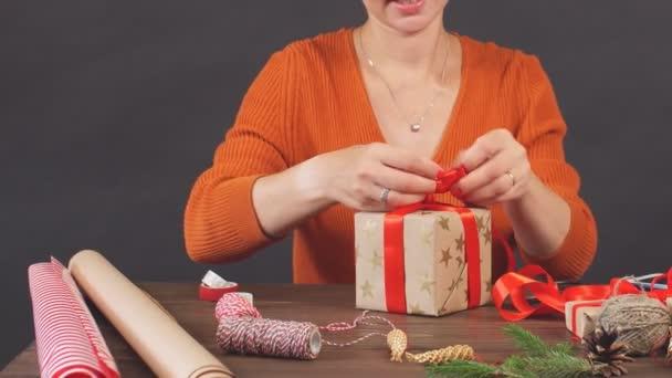 Boldog asszony gazdaság piros jelen box, készen áll a karácsonyi üdvözlet