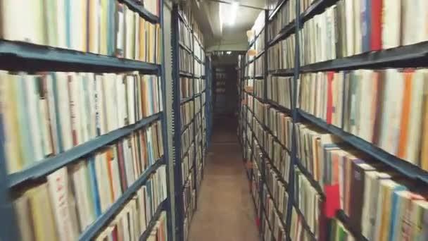 Pohyb pomalý fotoaparát mezi dvěma archiv police plné složek